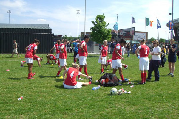 Emma Hayes speaks with some Arsenal Ladies players during halftime in 2006